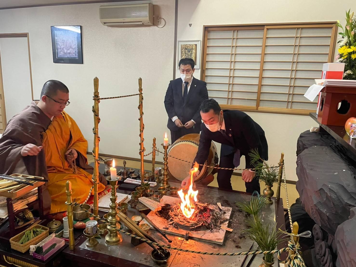 祈願を書いた護摩木を火にくべさせていただきました。